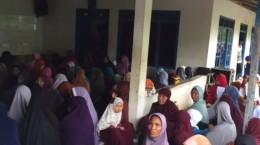 Jama'ah ibu-ibu sudah mudah mengenakan jilbab karena mendapat bantuan lewat pesantren